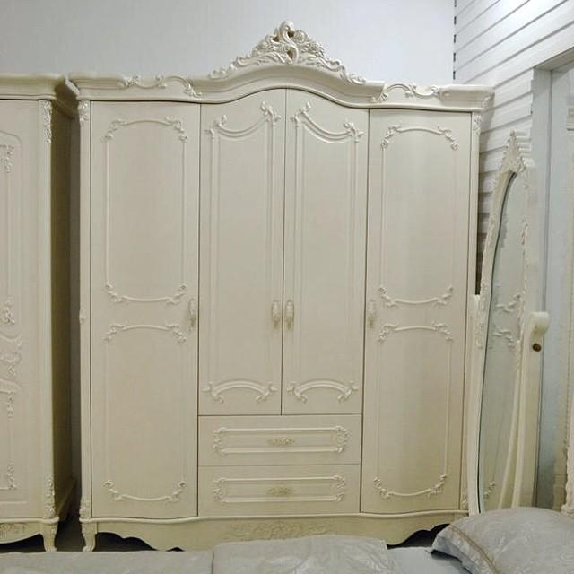 Lemari Pakaian 4 Pintu Mewah