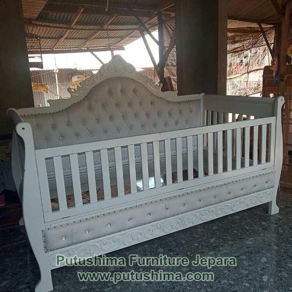 Tempat Tidur Bayi Ukiran Mewah